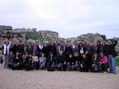 Agents de voyages devant le temple le plus ancien du monde (site mégalithique de Ggantija).