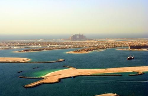 Nakheel,  à l'origine du projet des îles artificielles, Palm Islands, est responsable en partie de l'emballement médiatique.