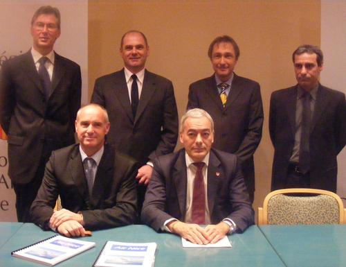 A gauche F. Langlois, créateur d'Air Nice, à droite P. Allemand, vice-pdt du conseil régional Paca. A l'arrière à gauche P. Soette de l'aéroport de Nice et à droite trois des cofondateurs de la compagnie