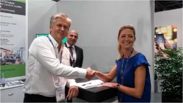 breJulie Troussicot, Directrice France chez AirPlus International, et Valéry Linÿer, CEO et co-fondateur  de MagicStay.com, signent le partenariat sur l'IFTM mercredi 27 septembre Crédit : MagicStay