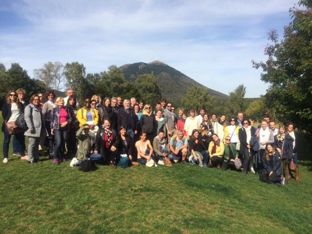 Photo de famille au pied du puy de Dôme pour les 65 participants à l'eductour. (DR  Sara Duong ATD)