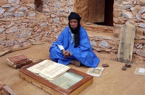 Saif Mahmoud, conservateur de bibliothèque à Chinguetti