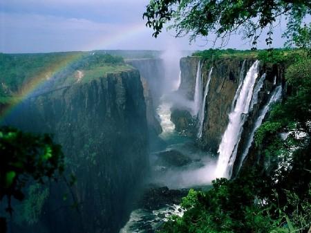 Les chutes Victoria sont un des atouts touristiques majeurs du Zimbabwe.