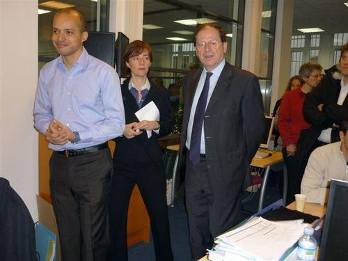 Hervé Novelli, secrétaire d'Etat en charge (entre autres) du Tourisme, visitait le siège parisien du producteur de coffrets cadeaux Wonderbox. Ici, en compagnie de Bertile Burel et Jacques-Christophe Blouzard, co-fondateurs de l'entreprise