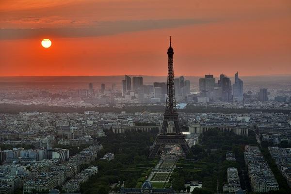 L'objectif est aussi de donner un coup de jeune à la tour Eiffel, dans le cadre des JO de Paris 2024 - Crédit photo : Pixabay, libre pour usage commercial