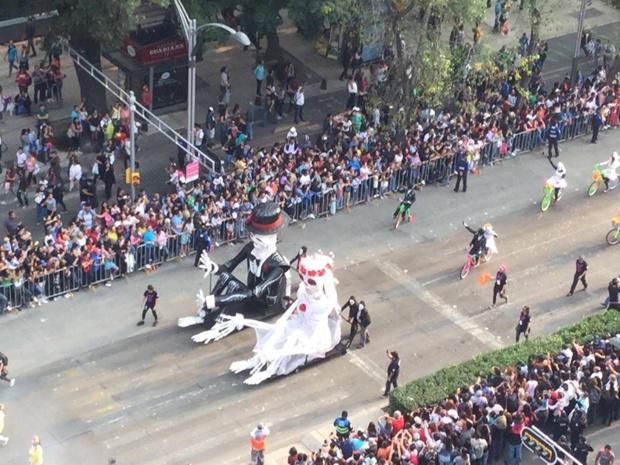 Unis dans la mort. Mexico a, pour la seconde fois en 2017, organisé un défilé pour la Fête des Morts - DR : J.-P.C.