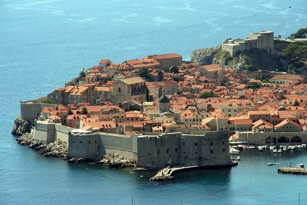 La ville croate fortifiée souhaite faire durer la saison touristique par ces visites gratuites - Crédit photo : JD