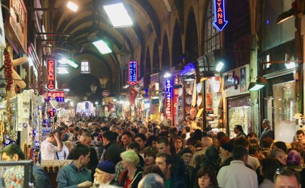 Alors que les Européens peinent à faire leur retour, les touristes se bousculent toujours aussi nombreux dans le Grand Bazar d'Istanbul / Crédit photo : JDL