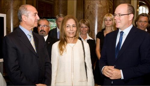 Lamine MAHERZI, Consul Général de Tunisie à Monaco, (gche) Mme Zeineb RAYANA, PDG du Groupe Kélibia la Blanche, le Prince Albert II de Monaco, lors du sponsoring de l'Expo ''Un Ciel pour une Planète'' de Serge Brunier en septembre 2009 /photo DR