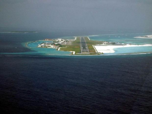 Vue de l'aéroport international de Malé depuis un avion se dirigeant vers la piste d'atterrissage - photo PalawanOz / wikicommons