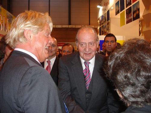 Entente cordiale franco-espagnole entre sa majesté Juan Carlos et Bruno Delaye, ambassadeur de France en Espagne, sur le stand Atout France du Fitur