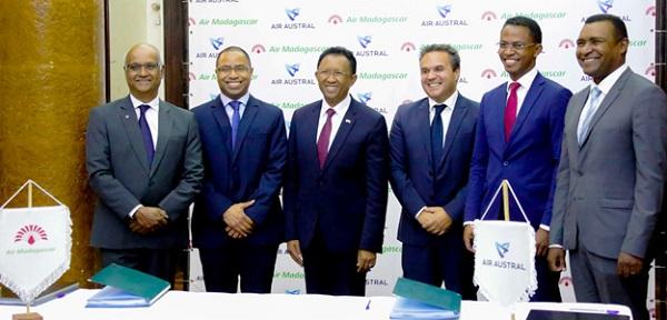 Les représentants des compagnies lors de la signature du partenariat stratégique le 9 octobre 2017 - Crédit photo : Air Austral