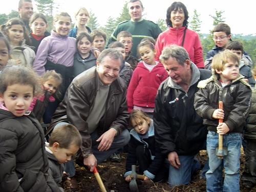 Jean-Marc Olladini, voyagiste incontournable du tourisme en Corse, soigne son image de voyagiste durable et responsable en replantant des arbres avec les enfants