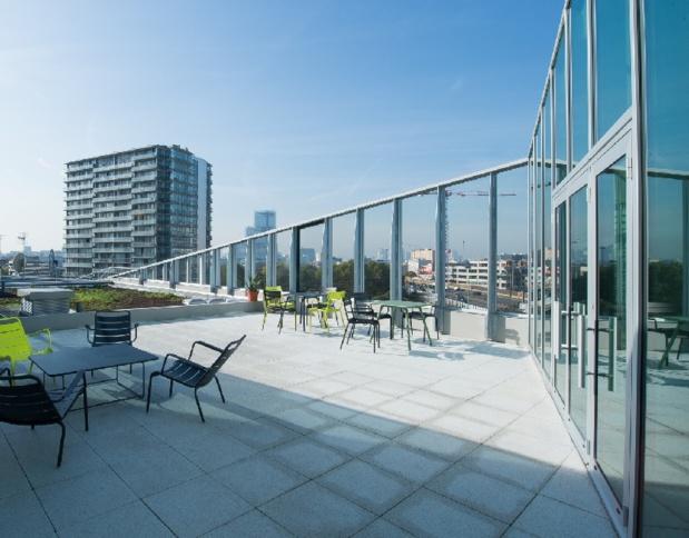 Le bâtiment bénéficie d'un roof top au 6ème étage offrant un panorama sur les toits parisiens et la Tour Eiffel, le 17ème arrondissement et son nouveau Palais de Justice et Clichy - Photo ODALYS
