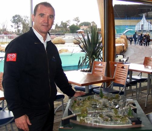 Bernard Giampaolo, directeur du Parc Marineland, montre la maquette du futur Pavillon des ours polaires