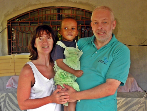 Alain et Magali avec leur enfant adoptif lors d'une visite à la crèche Notre Dame de la Nativité à Port au Prince. Il devait arriver début mars mais le sort en a décidé autrement...