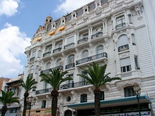 Alg rie la capitale alg roise s affiche dans les for Piscine demontable algerie