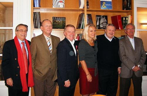 Michel Messager (2e à dte), entouré ici des membres fondateurs (il manque Michèle SANI) a été reconduit à la présidence de l'Association