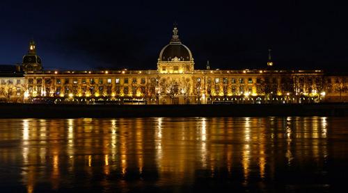 La reconversion du site de l'Hôtel Dieu en hôtel de luxe de 120 chambres, situé en plein cœur de Lyon, est à l'étude. L'équipe lauréate du projet sera connue en octobre 2010