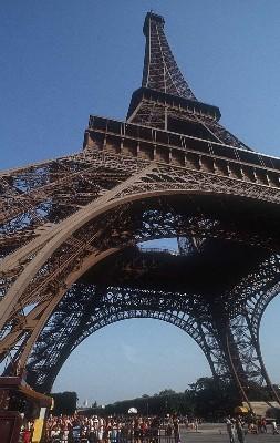 La fréquentation de la tour Eiffel a crû de 3,7% en juillet par rapport à juillet 2004, avec 786.000 visiteurs.