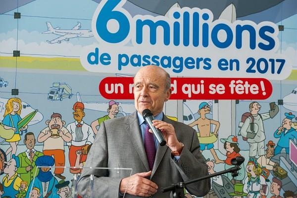 Alain Juppé, maire de Bordeaux lors de la célébration du record des 6 millions de passagers en 2017 à l'aéroport de Bordeaux - DR Aéroport de Bordeaux