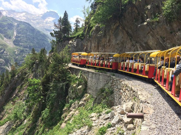 Le Train d'Artouste a fêté ses 86 ans. Allure paisible à flanc de montagne. Photo Altiservice.