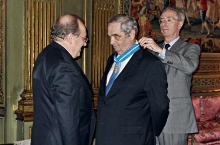 Jaime Ruiz, conseiller de l'Office Espagnol du Tourisme, décore Georges Colson de la cravate de 'Ordre du Mérite Civil de l'Espagne en présence de Son Excellence, Francisco Villar, Ambassadeur d'Espagne