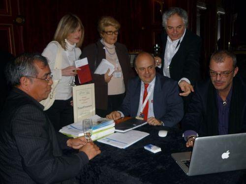 Noyan Acar (au centre avec une cravate rouge) très entouré sur son stand lors du work shop Tourcom Affaires organisé à Paris la semaine dernière (1er avril 2010)