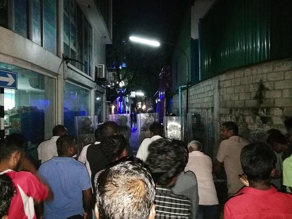 Photographie d'une manifestation à l'encontre du président actuel - Crédit photo compte Twitter @mjunayd