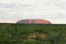 Uluru, plus connu sous le nom d'Ayer's Rock en Australie fait partie des merveilles du monde à découvrir lors de tour du monde