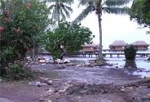 L'hôtel Sofitel de Bora Bora : la plage de sable blanc a été emportée et le rivage est jonché de débris