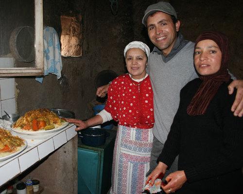 El Mostapha Idali, ici avec sa soeur et sa cousine qui préparent pour leurs hôtes le fameux couscous berbère