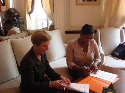 Françoise Heymonet, Air France et Ida Zin Ka Ieu, OT St Martin signent la convention de partenariat