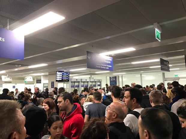 Un passager exaspéré de l'accueil à l'aéroport d'Orly - Crédit photo : compte Twitter @jpsoutric