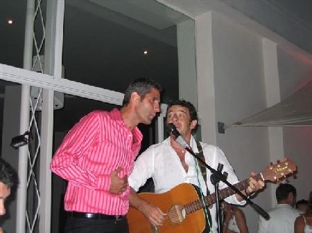 Carlos pousse la chansonnette en un duo improvisé avec Patrick Bruel, invité-surprise de la soirée