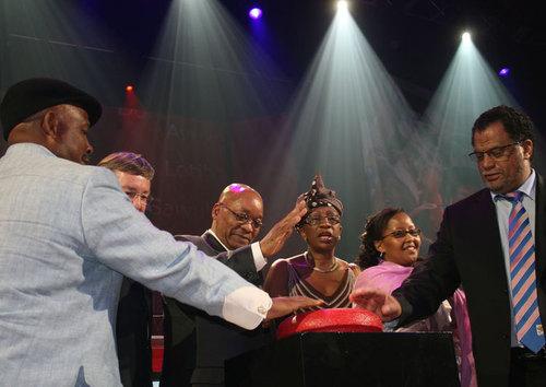 Coup d'envoi du Mondial 2010 donné par le Pdt d'Afrique du Sud, Jacob Zuma, (au centre, main levée) avec -de dr à g- D. Jordaan, pdt du comité d'organisation du Mondial, T. J. Mac lean, directrice du tourisme, T. Xasa, et M. Van Schalkwyk, ministre