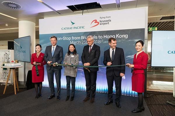 La découpe du traditionnel ruban lors de l'inauguration de la ligne  Bruxelles - Hong Kong - Crédit photo : Cathay Pacific