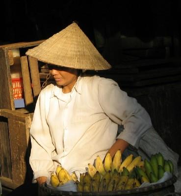 L'Asie entre ombre et lumière, comme ici sur un marché d'Hanoï au Vietnam.