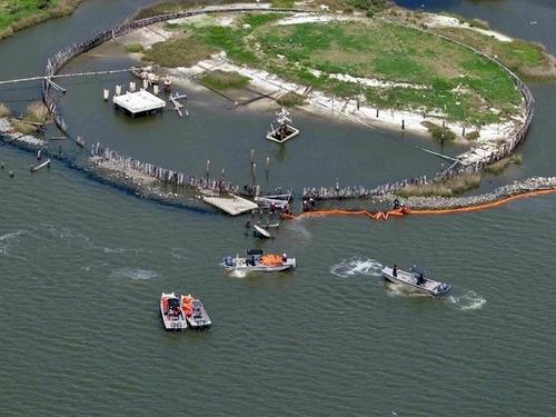 « La Louisiane n'est pas une destination balnéaire. Les voyageurs visitent surtout la Nouvelle Orléans ou le pays Cajun mais ne vont pas à la plage . Pour l'instant, 77% de la côte reste ouverte, et les pêcheurs poursuivent leur activité. »