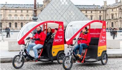 Visite Guidée Privée en Cyclo dans la cour du Louvre à Paris - Photo ParisCityVision