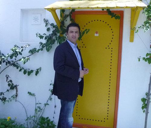 Arbi Sebai, directeur général d'exploitation du Hammamet Beach devant l'entrée d'un bungalow