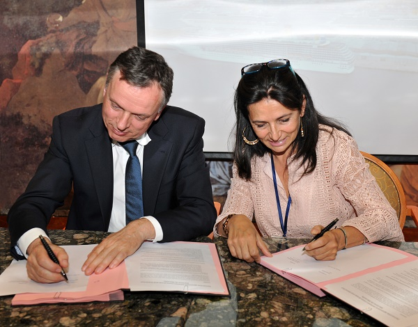 À bord du Costa Mediterranea, le PDG du Groupe Costa, la compagnie de croisières leader en Europe, et la Directrice générale du port de Marseille Fos (GPMM) ont signé un protocole d'accord - Crédit photo : Costa