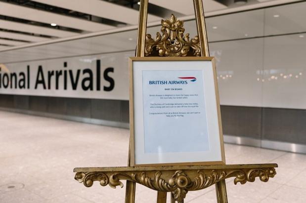 Pour fêter l'arrivée du petit garçon au sein de la famille royale, British Airways a mis une réplique du chevalet royal dans son hall des arrivées, situé au Terminal 5 de l'aéroport d'Heathrow - DR : British Airways