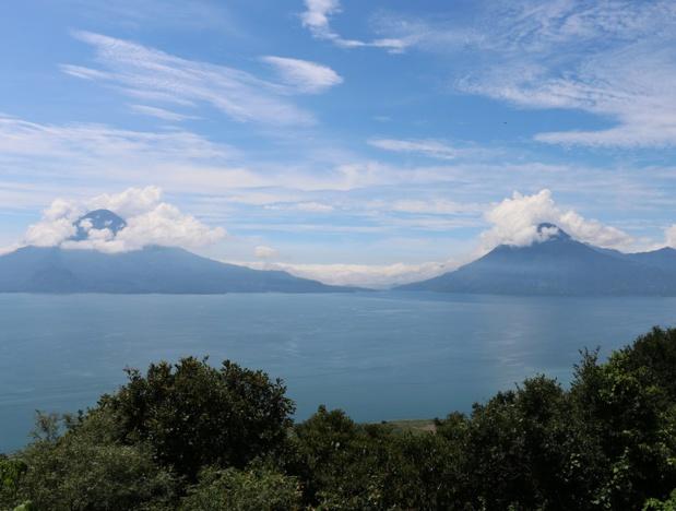 Dans un décor inouï, les volcans Atitlán et San Pedro écrasent de leur masse les eaux calmes du lac géant - DR : J.-F.R.