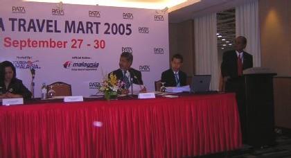 le Dr Dato Kammaruddin Siarraf, directeur général du tourisme de Malaisie (2e gche)