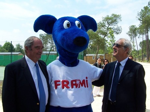Georges Colson et Henri Emmanuelli autour de la mascotte Frami