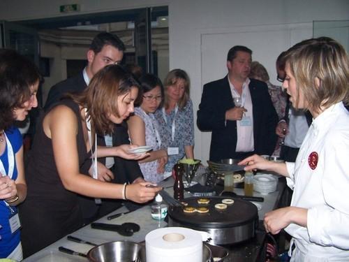 Comment préparer une mini omelette aux oeufs de cailles, sous les conseils vigilants du chef cuisinier