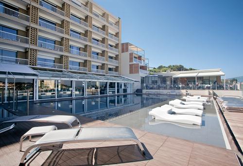 L'hôtel Ile Rousse s'est doté d'une nouvelle piscine d'eau de mer chauffée - DR : Philippe Jeury