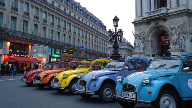 4 roues sous un parapluie propose une découverte de Paris en 2CV. Grâce à son accord avec Fliggy, l'agence s'ouvre les portes du marché chinois - DR 4 roues sous un parapluie