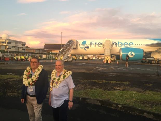 Jean-Paul Dubreuil et Marc Rochet posent devant leur nouveau A350-900, samedi 12 mai à l'aéroport de Papeete-Faaa © PG TM